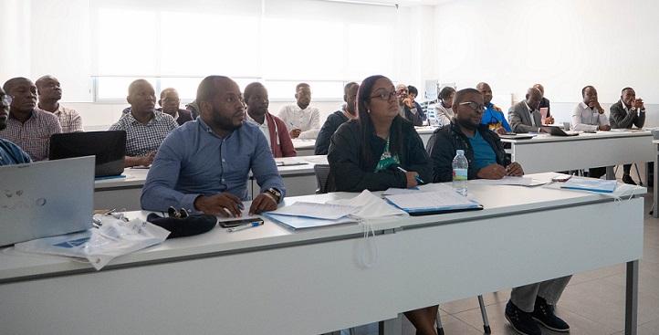 Um grupo de estudantes de pós-graduação angolano visitou o campus, participou de um seminário de pesquisa e defendeu o seu TFM