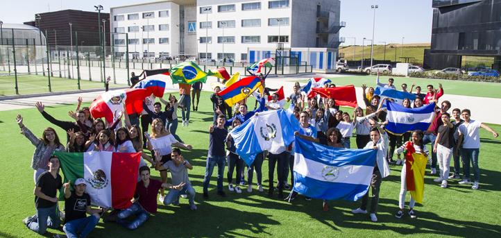 Bandeiras de todos os países para receber aos alunos internacionais de primeiro ano