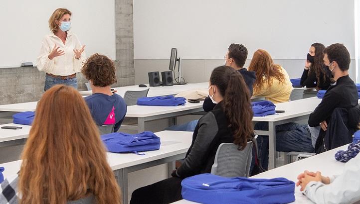 O Escritório de Relações Internacionaisdeuasboas-vindasa umadúziadeestudantes Erasmus procedentes dediversos países