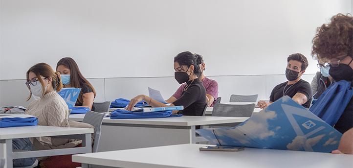 Estudantes veteranos fazem tours pelo campus e à residência para novos estudantes internacionais